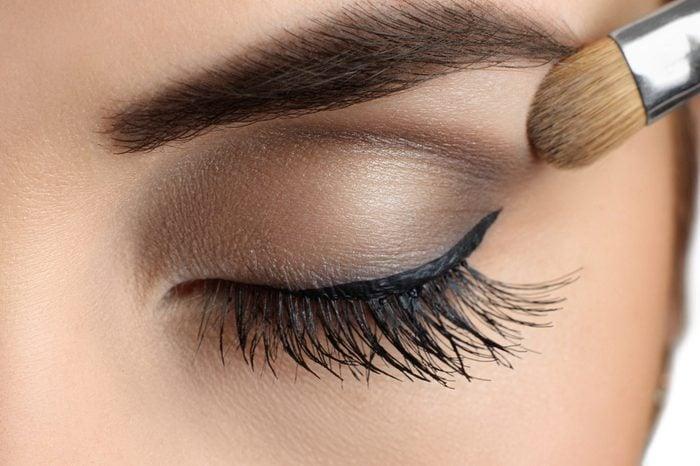 Une couleur foncée sur les yeux fait paraître plus jeune