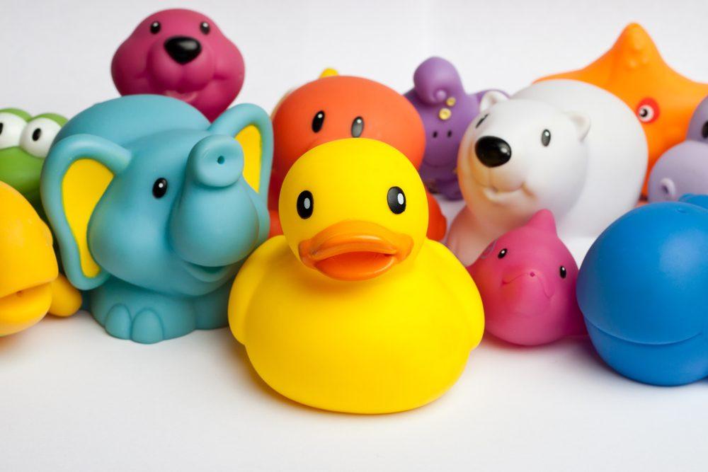Les jouets de baignoire peuvent être nettoyés avec du vinaigre.