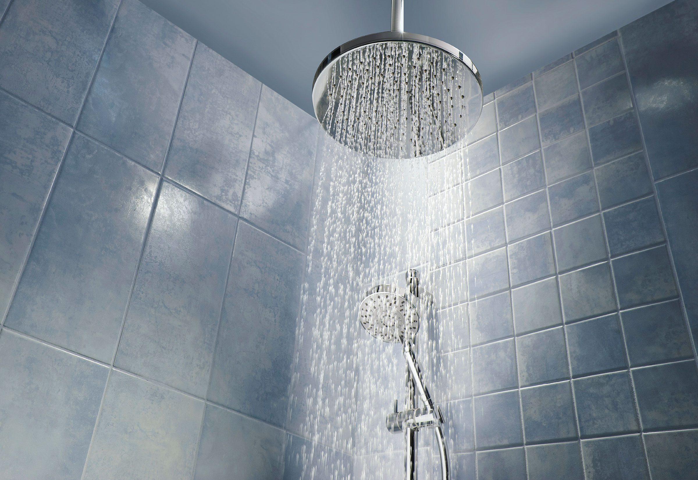Ne pas rincer suffisamment est une erreur fréquente sous la douche.