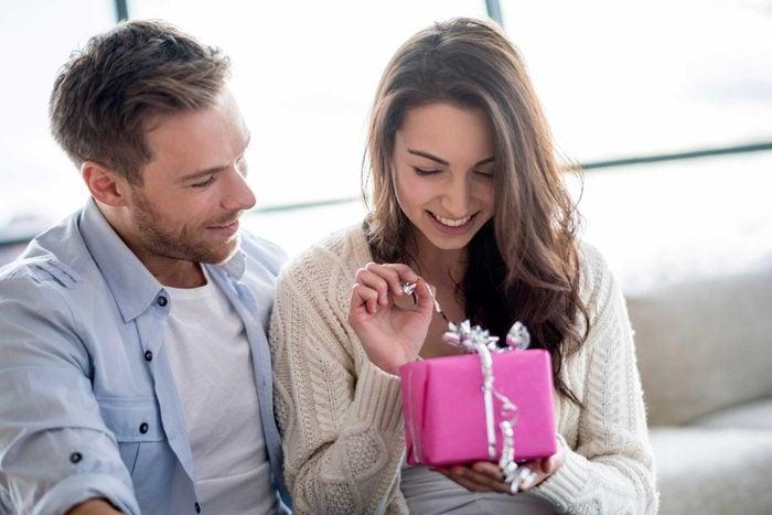 Votre conjoint vous offre maintenant des cadeaux sans raison