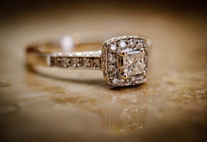 Utiliser du Windex pour nettoyer vos bijoux en diamant.