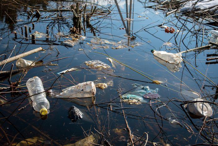 L'eau en bouteille est très polluante pour la planète.