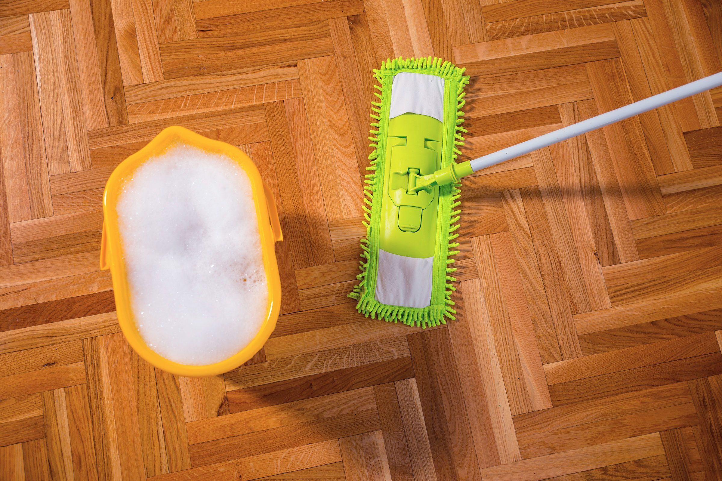 Il n'est pas nécessaire d'utiliser des produits pour nettoyer le plancher.