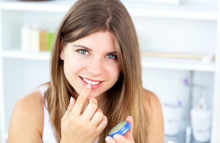 De la vaseline sur les lèvres vous rajeunit.