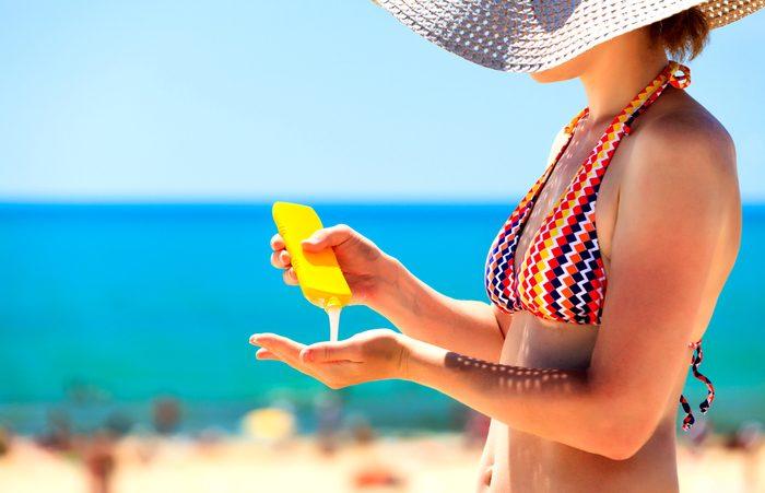 La crème solaire avec FPS élevé ne devrait pas être acheté.