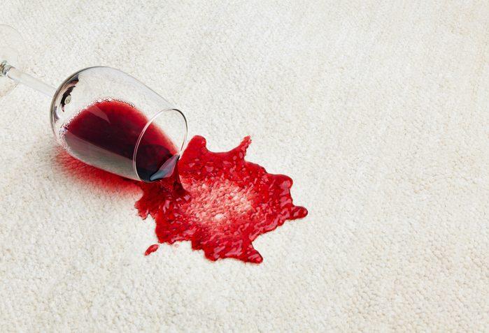 Le sel et le soda peuvent éliminer les taches de vin.
