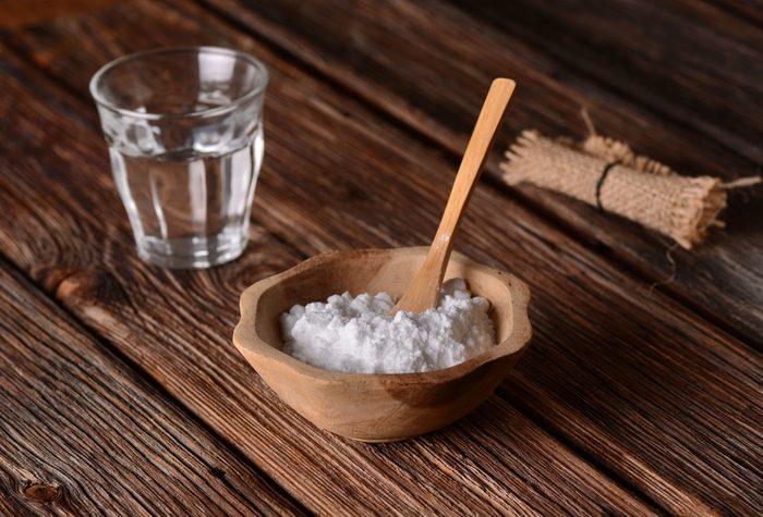 Le bicarbonate de soude peut éliminer les taches d'eau sur les meubles de bois.