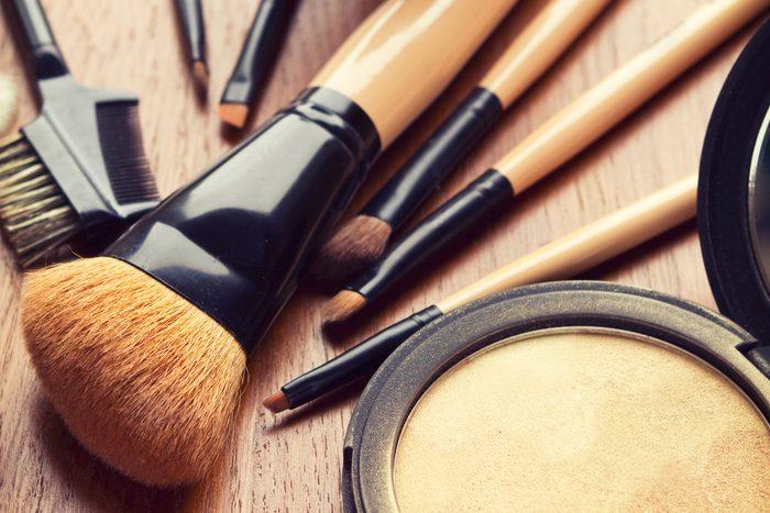 Truc maison des maquilleurs professionnels: Prenez soin de vos pinceaux à maquillage!