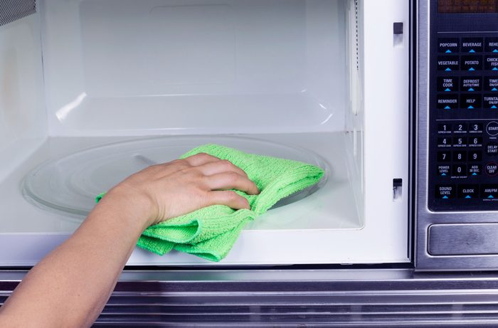 le bicarbonate de soude est excellent pour nettoyer le micro-ondes.
