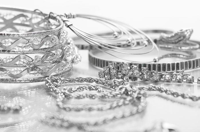 Le vinaigre peut nettoyer les bijoux.
