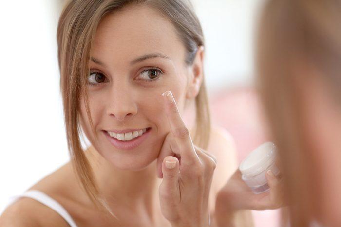 Hydratez votre peau pour avoir l'air plus jeune