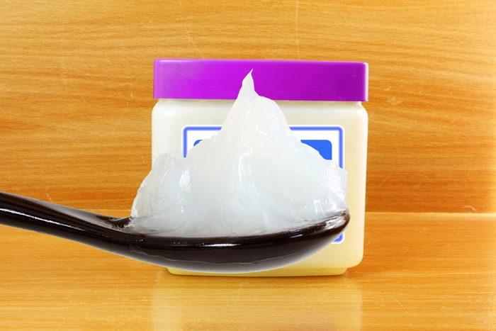La gelée de pétrole peut faire disparaitre les taches d'eau sur vos meubles de bois.
