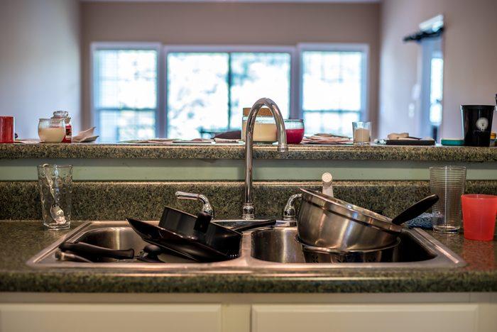 Éliminez les taches des casseroles et des poêles