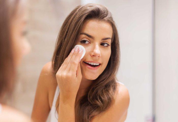 Vous pouvez simplement rafraîchir votre maquillage, un autre truc maison des experts en la matière!