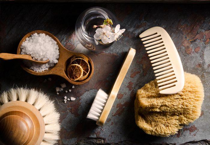 Économisez sur les produits de beauté: le gommage peut être fait maison.