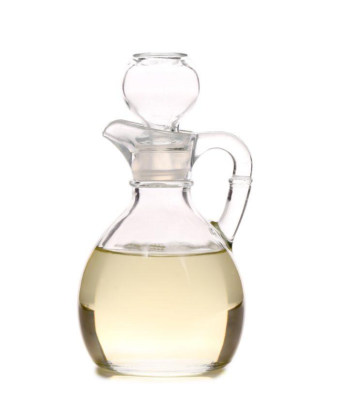 Le vinaigre blanc permet d'éliminer les traces d'eau sur les meubles de bois.