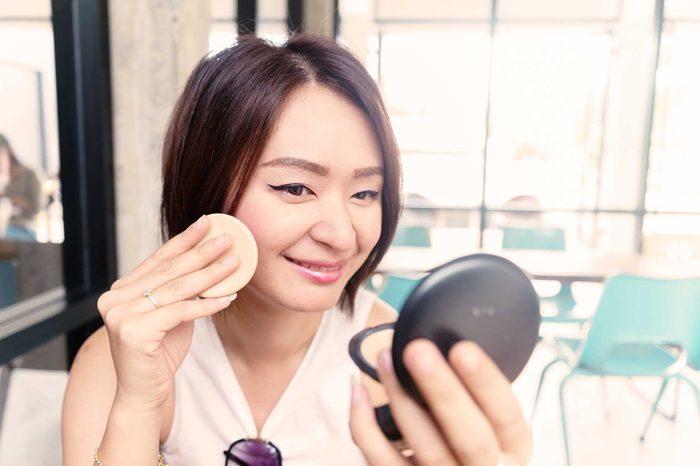 N'appliquez pas trop de poudre de votre maquillage.