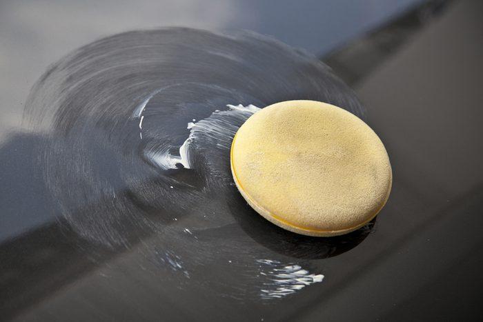La cire de voiture permet d'éliminer les taches d'eau sur les meubles en bois.