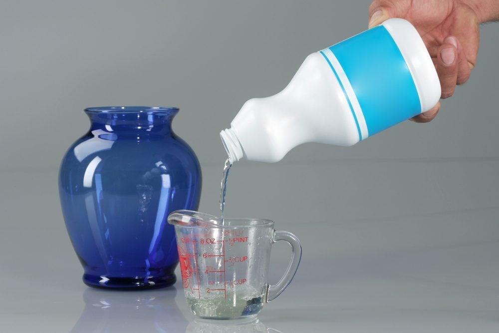 L'eau de javel empêche la croissance des bactéries dans l'eau des fleurs.