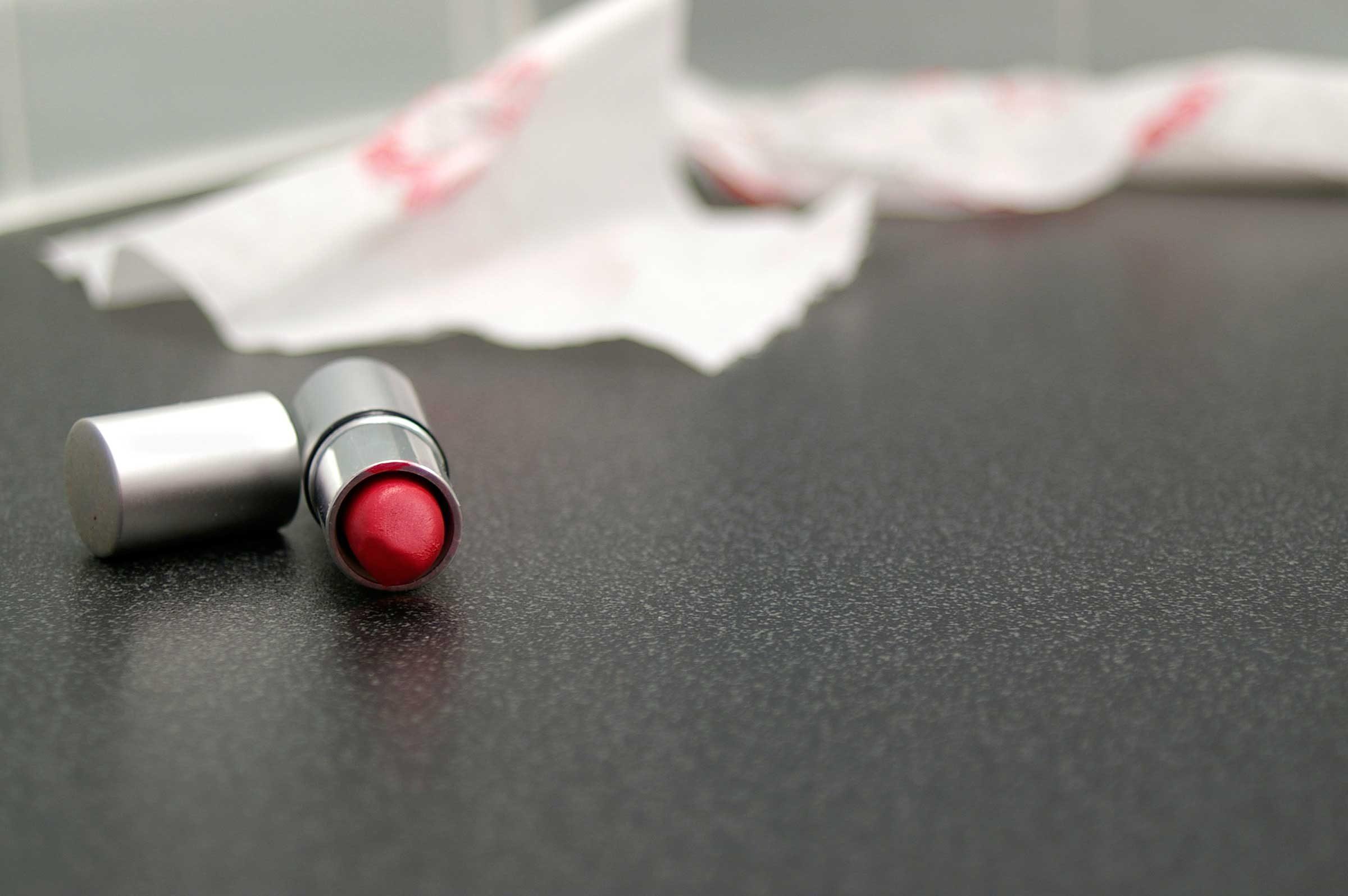 Mettez de la poudre sur votre rouge à lèvres pour le faire durer plus longtemps.