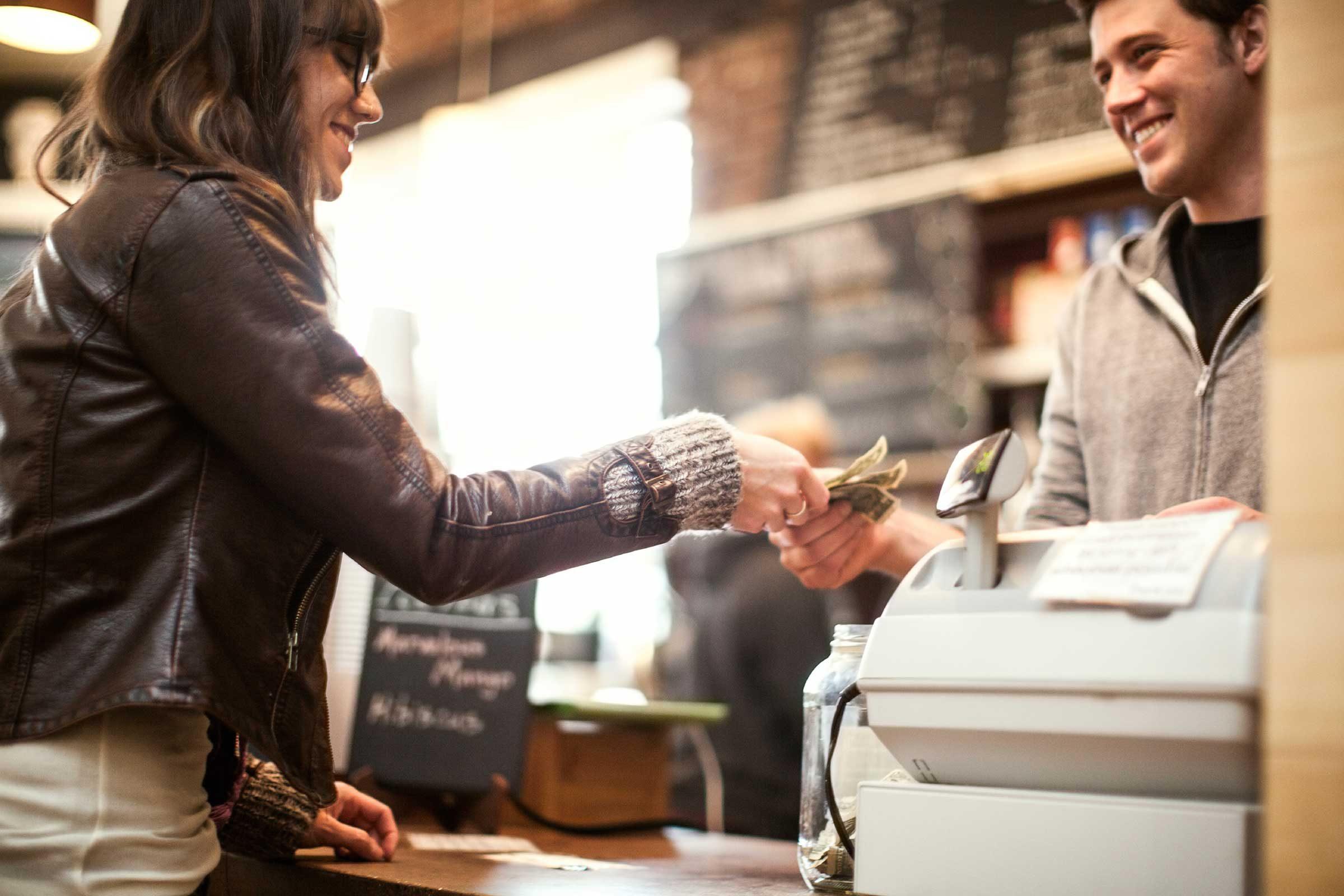 Les gens qui économisent de l'argent notent les petites dépenses.