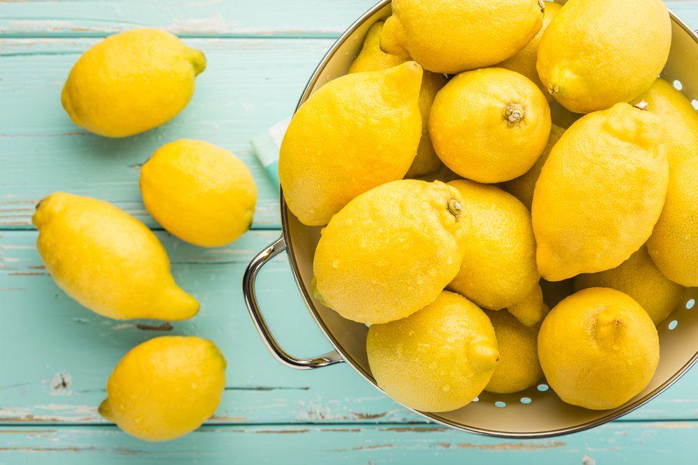 Le citron pour effacer les marques et traces jaunes de sueur.