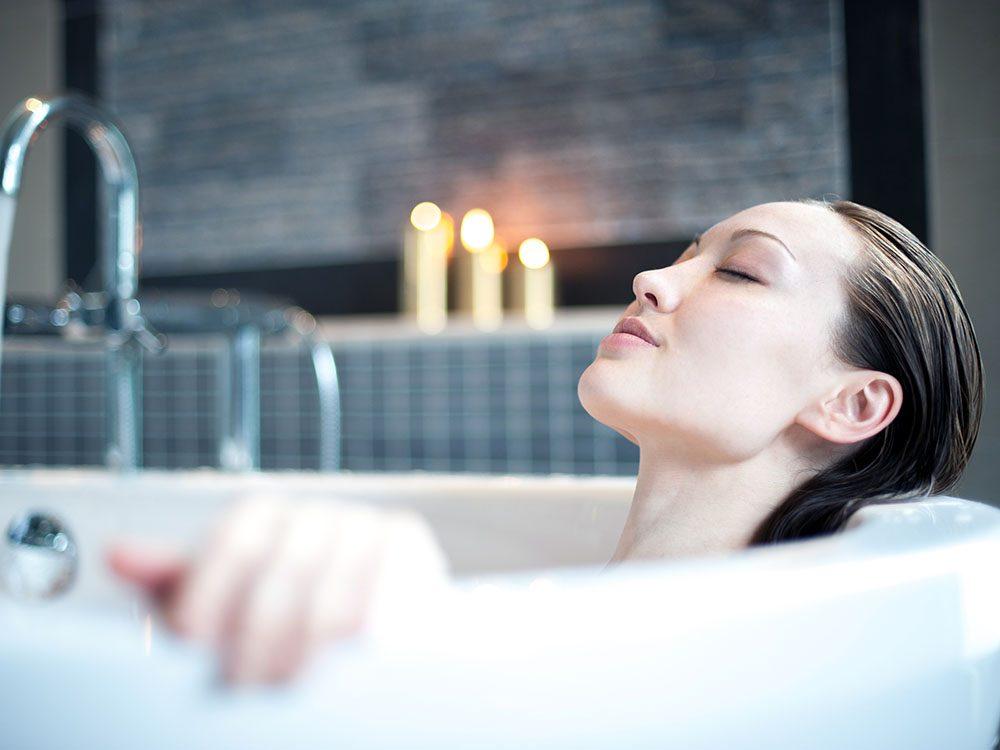 Pour soulager un coup de soleil, prenez un bain.
