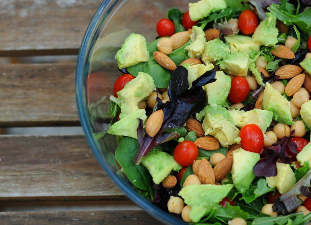 Des noix, de l'avocat et des chips de kale composent le jour 2 de cette cure détox.