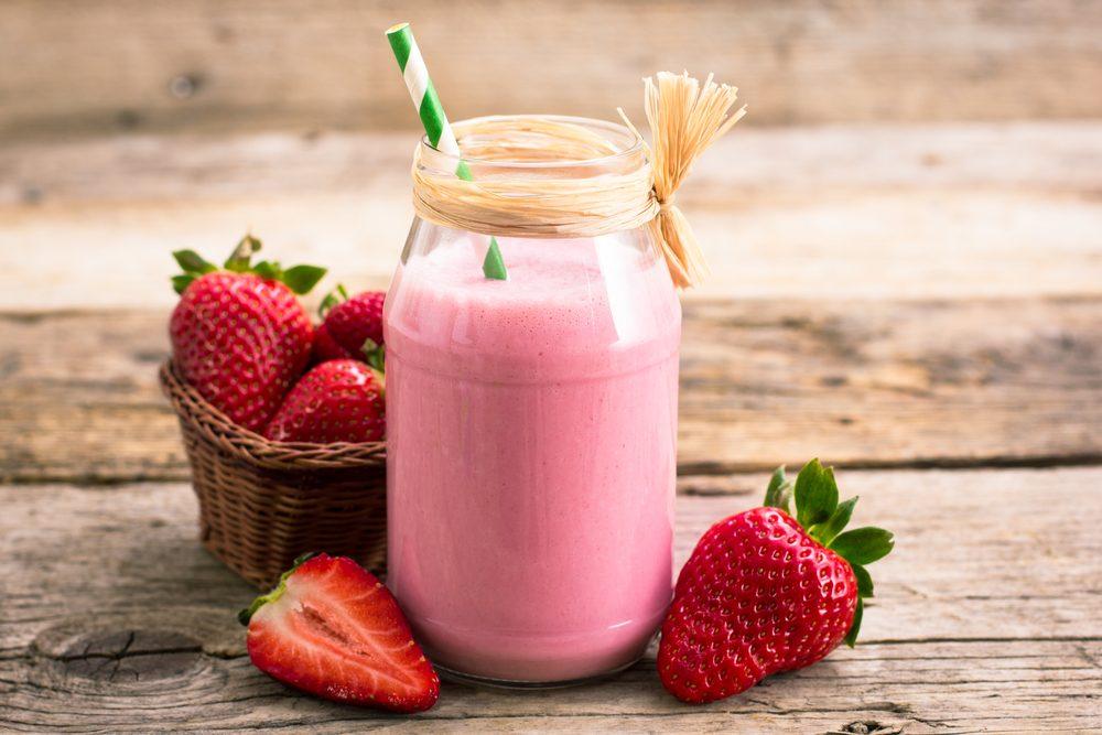 Pour combler le manque d'énergie suivant l'entraînement, un smoothie protéiné à base de fraises est venu s'ajouter à cette cure détox.