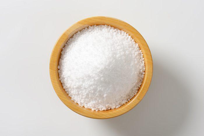 Enlever les taches de sueur avec du sel.