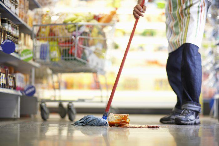 Les employés d'épicerie manquent parfois de temps pour faire le ménage.