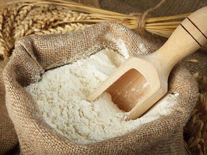 Pour vous débarrasser des fourmis, saupoudrez les surfaces de farine.