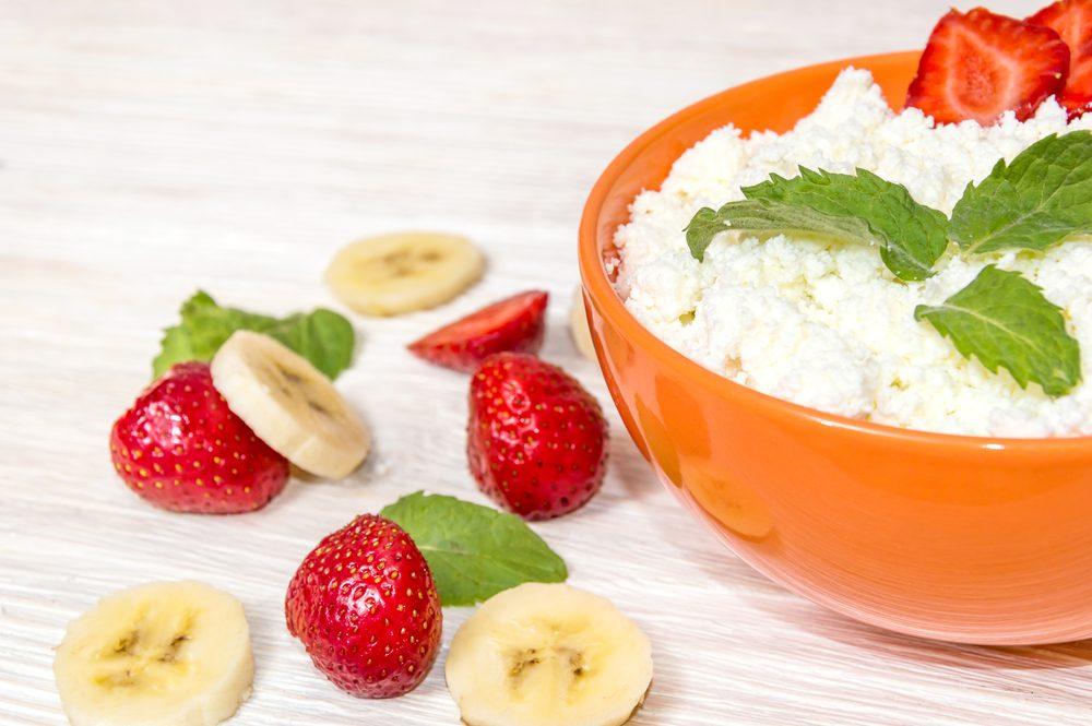 Conjuguez une banane à du fromage cottage pour un déjeuner riche en protéines.