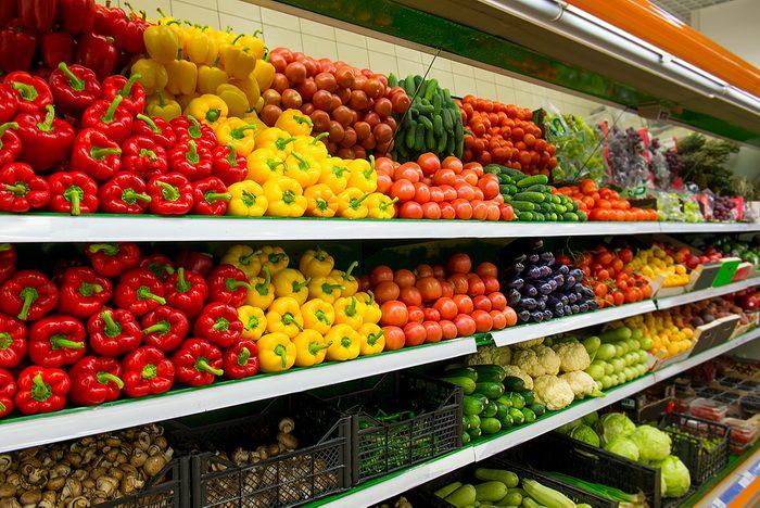 Les fruits et légumes à l'entrée du supermarché.