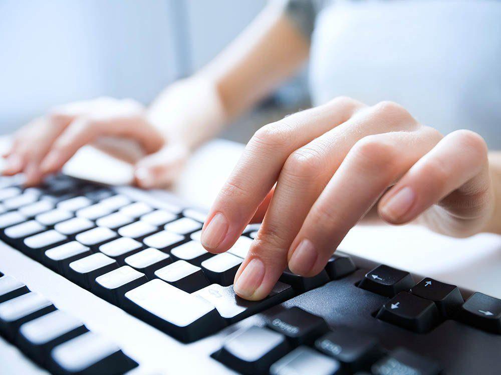 Les lingettes pour bébé sont pratiques pour nettoyer le clavier d'ordinateur.
