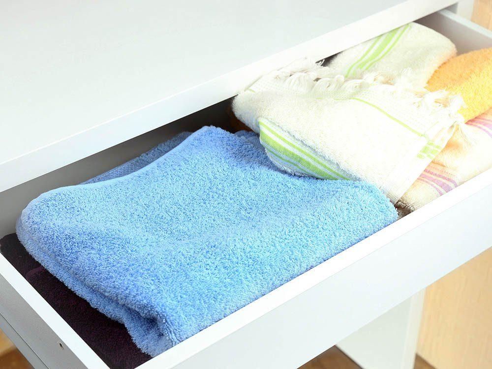 Les lingettes de bébé peuvent rafraichir l'odeur dans les tiroirs.