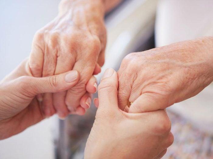 Les maladies prédites par les mains: Parkinson.