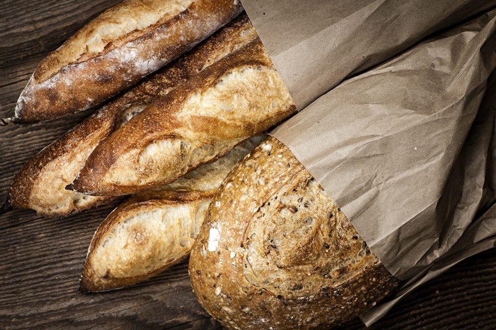 Le sac en papier utilisé pour les pains.