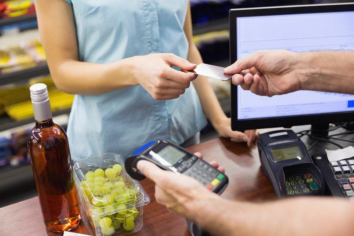 Soyez prêt à payer lorsque vous passez à la caisse.