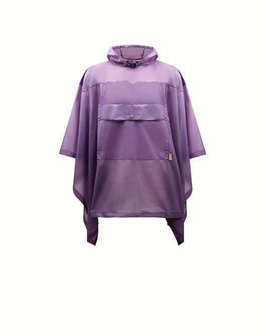 Un vêtement indispensable pour votre road trip: un poncho pour vous protéger de la pluie.