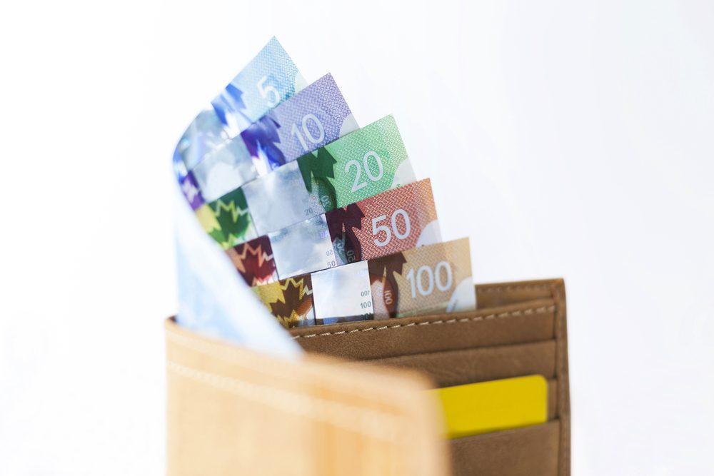Les gens qui épargnent paient avec de l'argent comptant