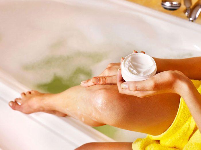 Vous attendez trop longtemps avant d'appliquervotre crème hydratante après votre douche.