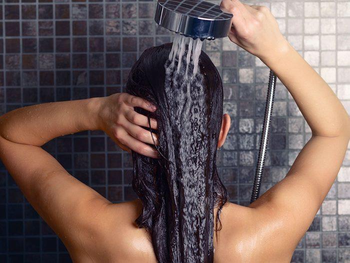 Sous la douche, ne frottez pas votre cuir chevelu avec vos ongles.