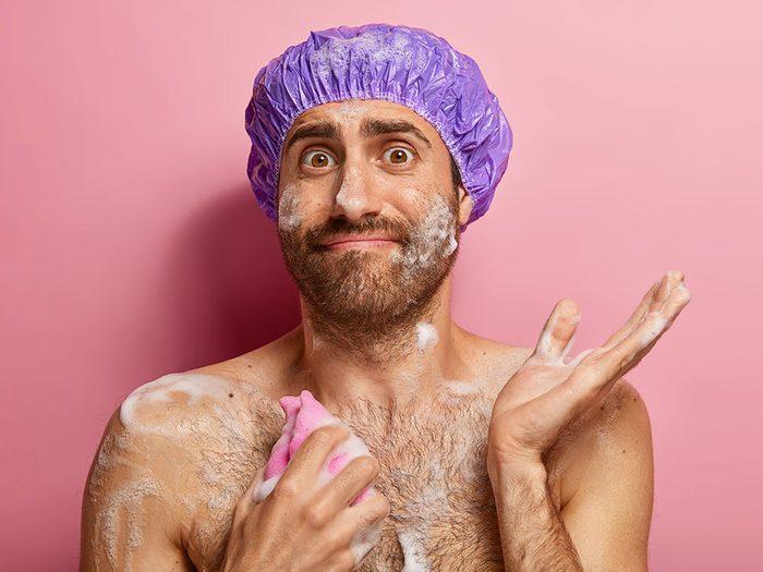 Vous frottez votre corps trop vigoureusement sous la douche.