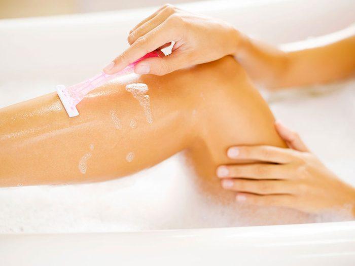 Vous vous rasez avec trop de lames sous la douche.