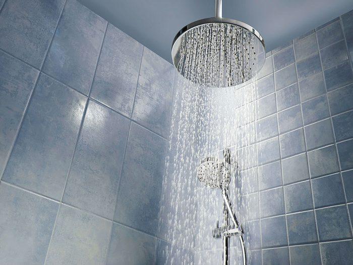 Vous ne vous rincez pas suffisamment sous la douche.