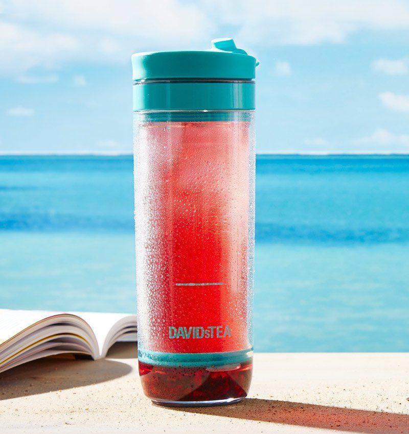 Une tasse à piston pour votre thé glacé, idéale pour un voyage en voiture.