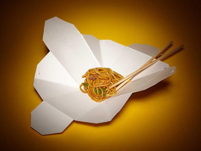 Trucs et astuces : dépliez les boîtes de mets chinois à emporter.
