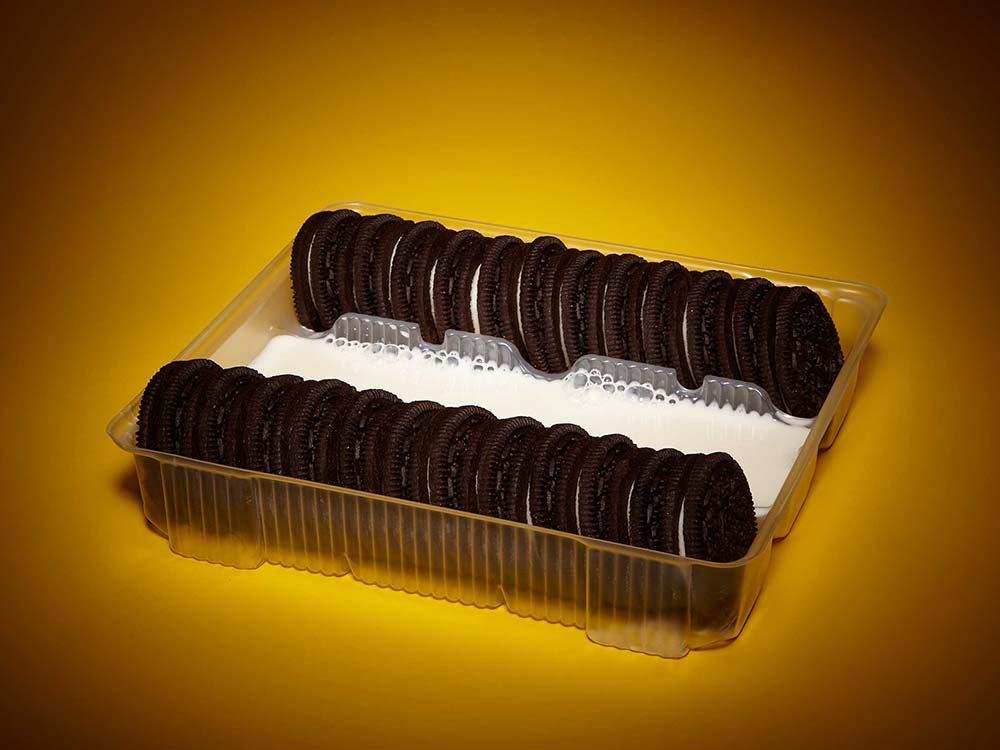 Trucs et astuces avec les boîte Oreos: versez le lait dans le présentoir.