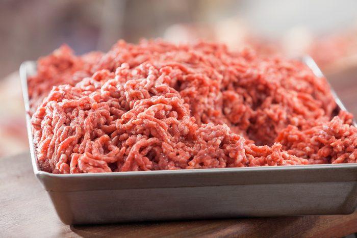 Faites hacher la viande en épicerie.